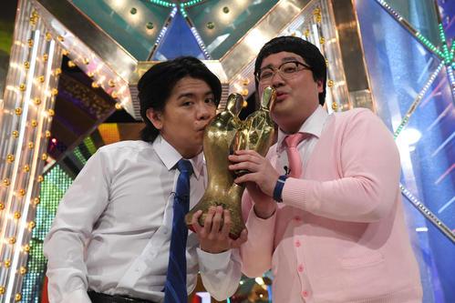 M-1グランプリ2020で優勝し、トロフィーにキスする「マヂカルラブリー」の野田クリスタル(左)と村上(C)M-1グランプリ事務局
