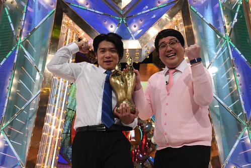 M-1グランプリ2020で優勝し、ガッツポーズする「マヂカルラブリー」の野田クリスタル(左)と村上(C)M-1グランプリ事務局