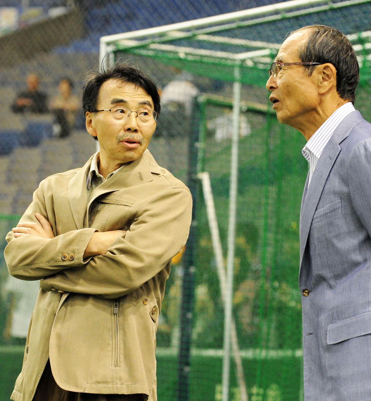 ソフトバンク王貞治会長(右)と談笑する漫画家の水島新司氏(2012年5月20日撮影)