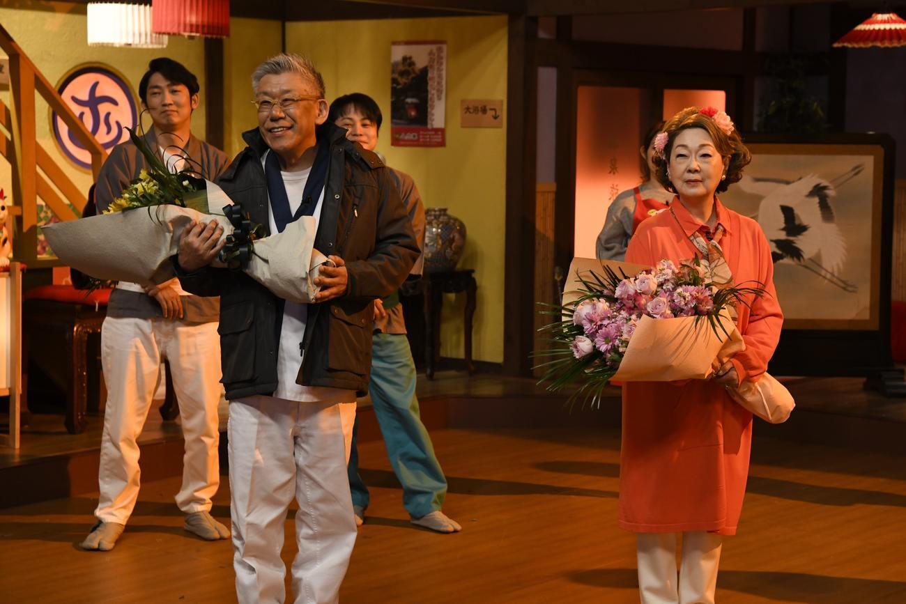 関西の人気番組「大阪ほんわかテレビ」を卒業し、花束を受け取った由紀さおり(右)と、笑福亭笑瓶