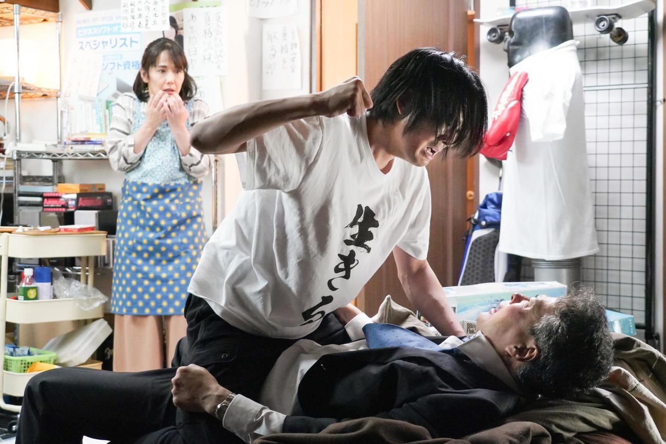 5日放送日本テレビ系連続ドラマ「35歳の少女」第9話場面写。左から富田靖子、竜星涼、田中哲司