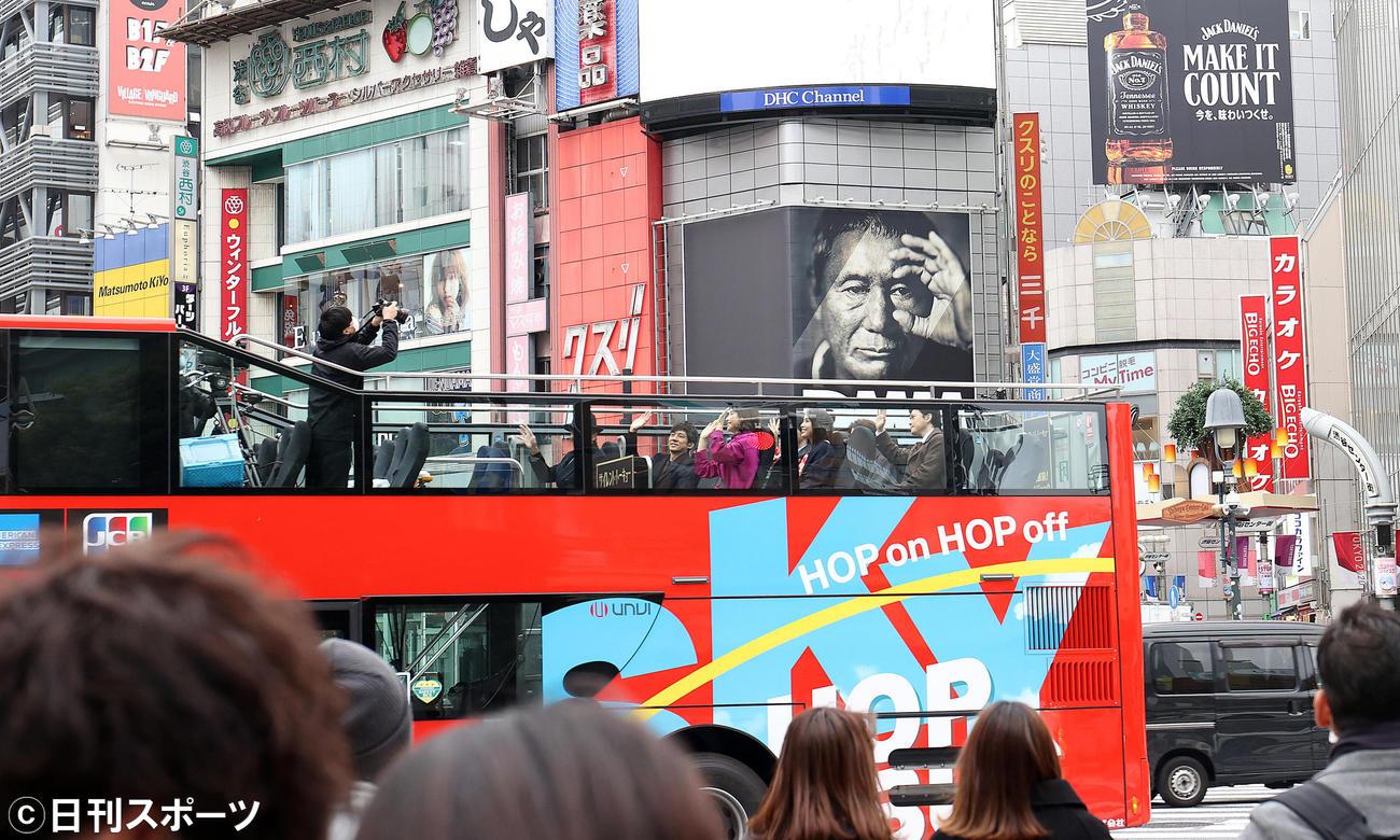 映画「サイレント・トーキョー」の公開直前イベントで舞台となった渋谷スクランブル交差点を2階建てバスで周遊する出演者たち(撮影・狩俣裕三)