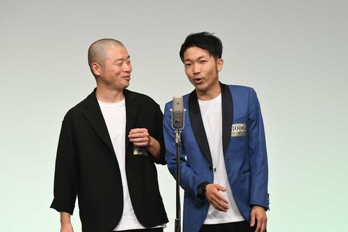 「M-1グランプリ2020」決勝進出を決めたアキナ。左が山名文和、右が秋山賢太(C)M-1グランプリ事務局