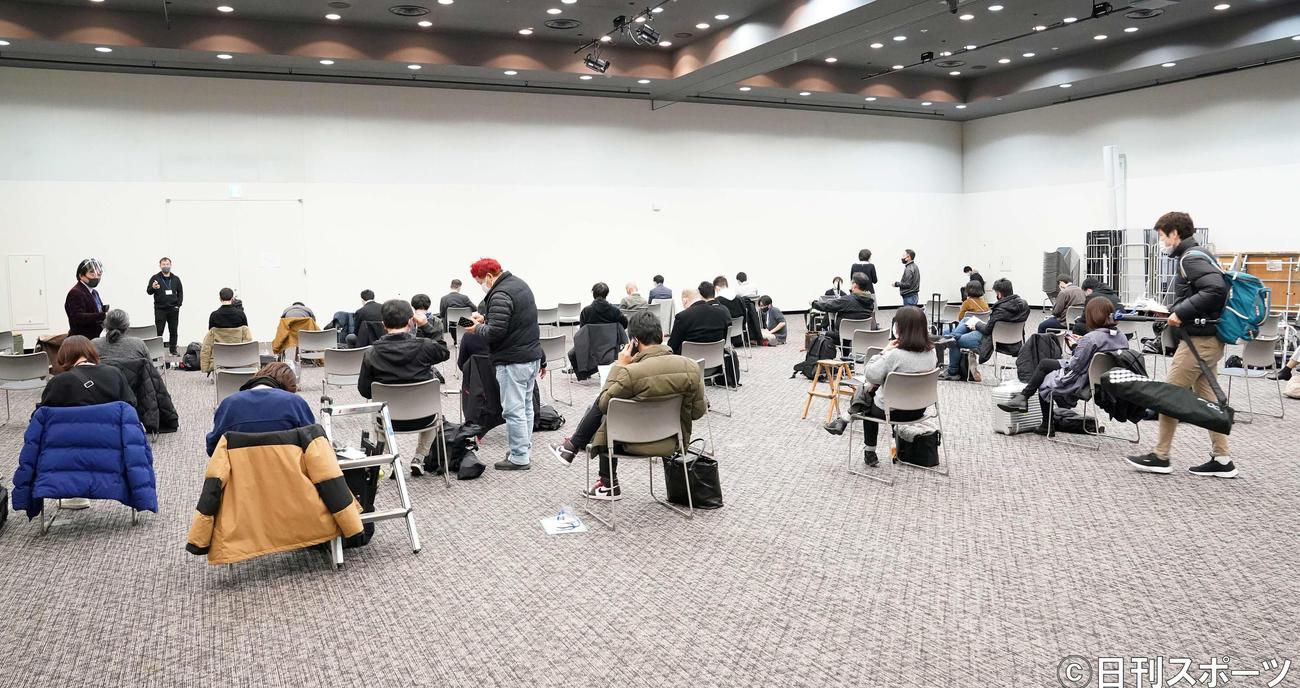 アンジャッシュの渡部建の会見が予定されている会場横で間隔を保ち、待機する報道陣(撮影・江口和貴)