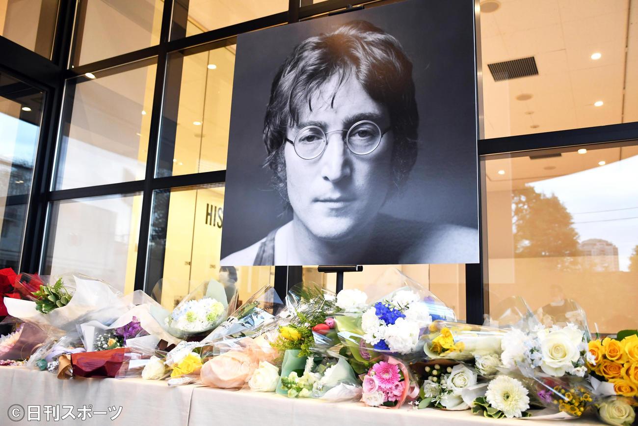 ジョン・レノン40回目の命日を迎え「DOUBLE FANTASY-John&Yoko」東京展には献花台が設けられた(撮影・大友陽平)
