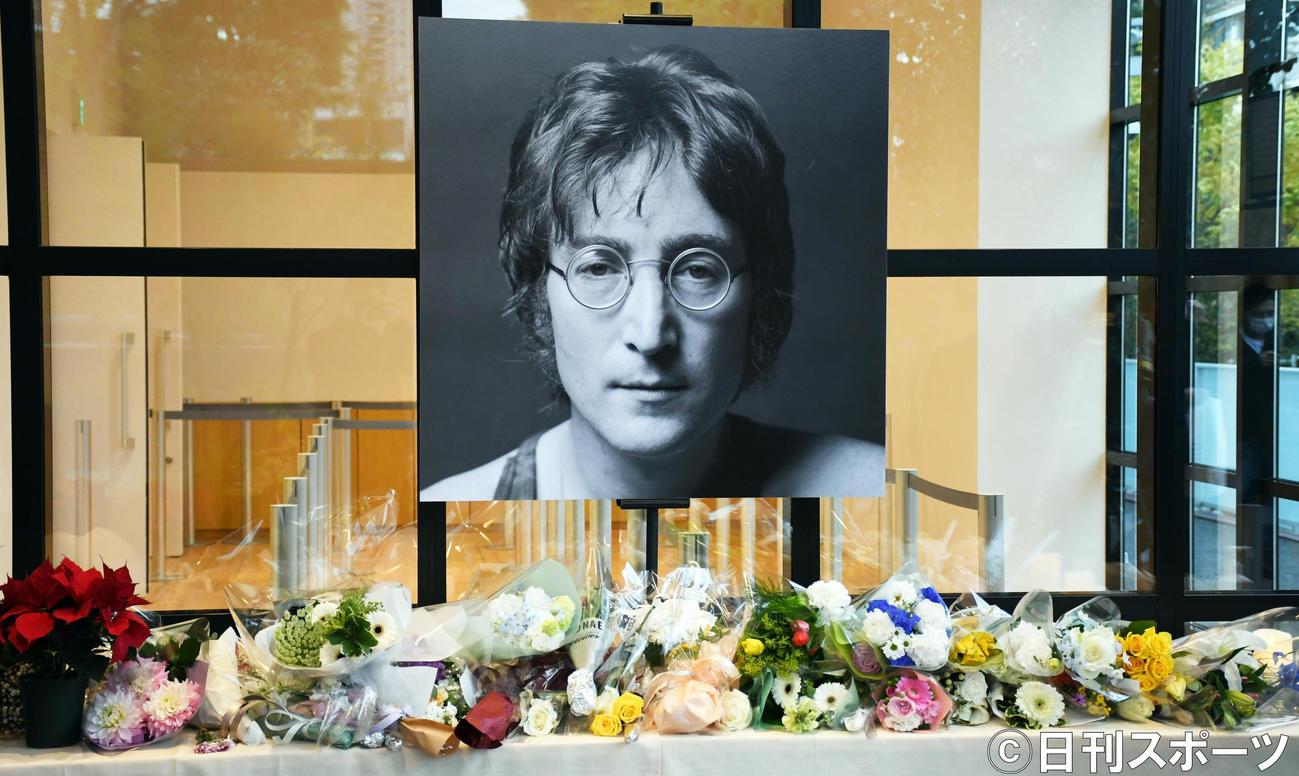 ジョン・レノン40回目の命日を迎え「DOUBLE FANTASY-John&Yoko」東京展には献花台が設けられた(2020年12月8日撮影)