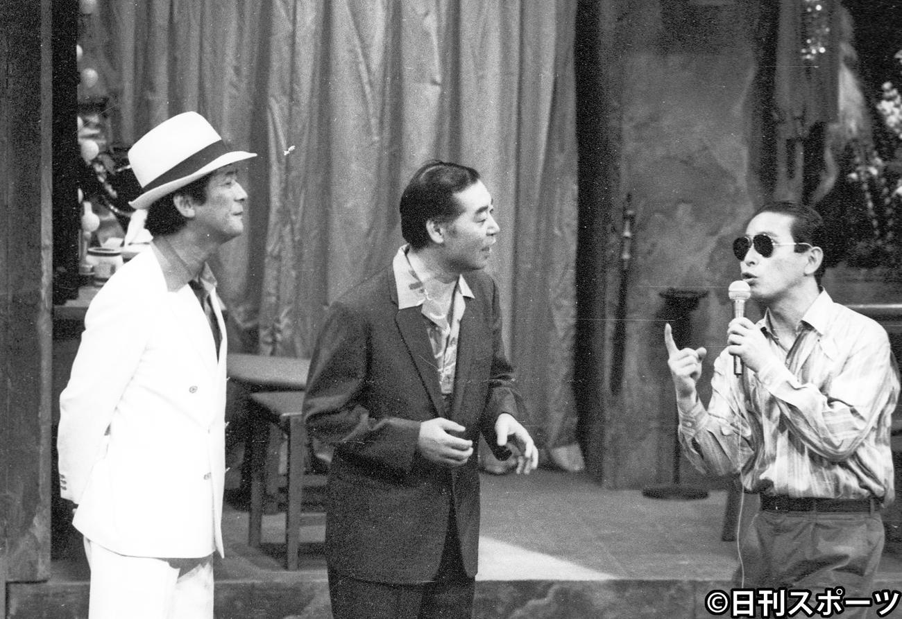 東八郎さん(中央)と共演する小松政夫さん(左)。右はタモリ(1985年6月3日撮影)