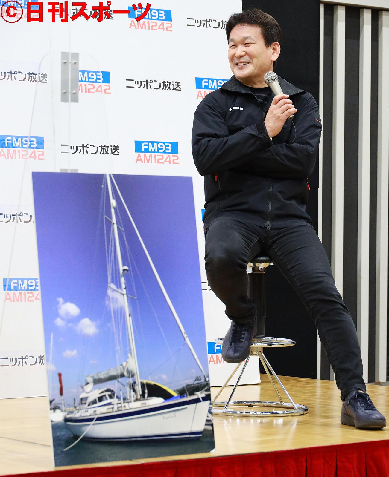 愛用のヨットの写真を置き太平洋横断再挑戦を発表する辛坊治郎アナウンサー(撮影・中島郁夫)