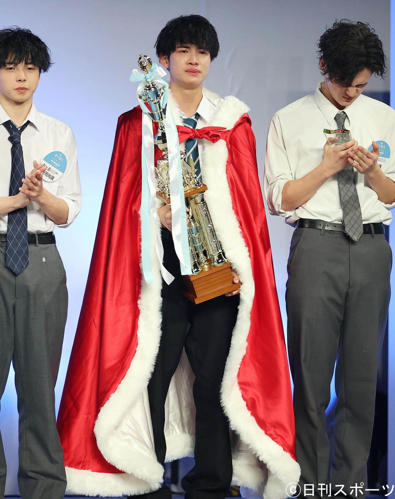 男子高生ミスターコン2020でグランプリに輝いた高校2年生の中野晴仁さん(中央)は涙でほおをぬらす(撮影・浅見桂子)