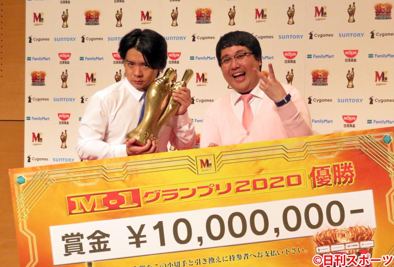 「M-1グランプリ2020」で優勝したマヂカルラブリーの野田クリスタル(左)と村上