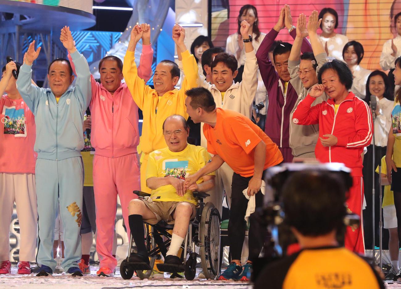 24時間テレビで、笑点メンバーに迎えられた林家たい平(前列右)はこん平師匠(前列左)と手をつなぎ、歌を熱唱した(2016年8月28日撮影)
