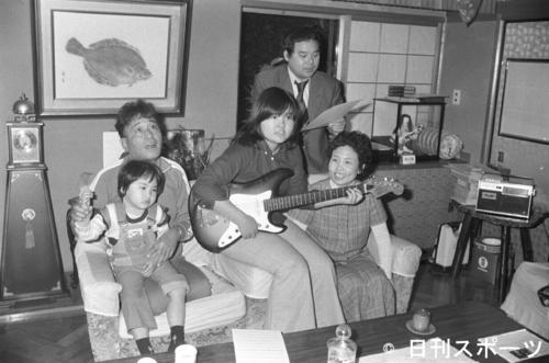 林家三平さん一家と写真に写る林家こん平さん。手前左から林家三平さん(ひざの上は長男泰孝、現林家正蔵)、次女海老名泰葉