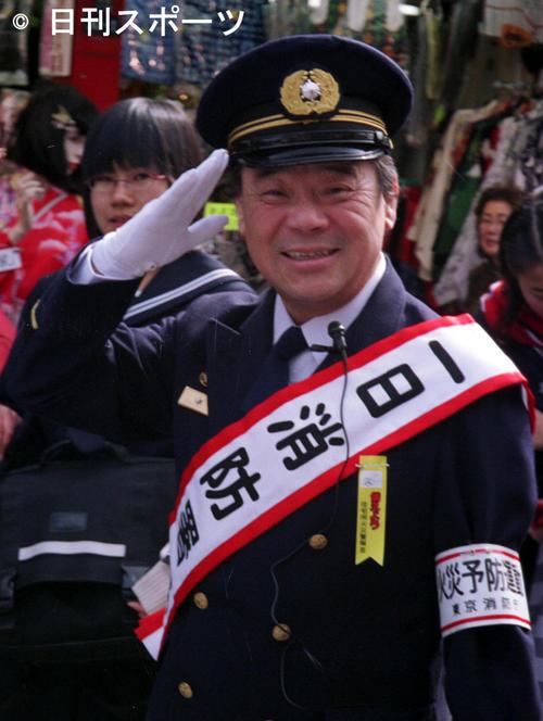 日本堤消防署1日署長 りりしい? 制服姿で防火を呼びかけた林家こん平(2004年2月24日)