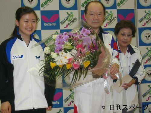 らくご卓球クラブ発足20周年記念パーティー 左から福原愛、林家こん平さん、海老名香葉子さん(2007年6月4日)
