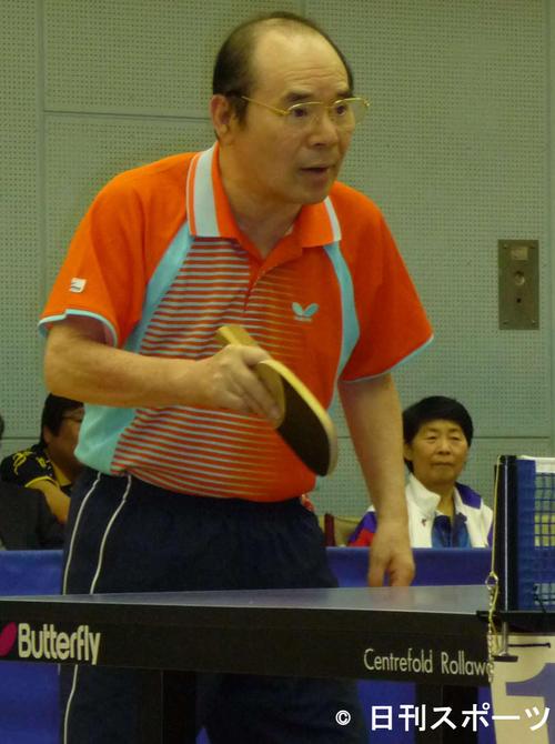 らくご卓球クラブの新春初打ち会でラリーを重ねる林家こん平さん(2009年1月26日)
