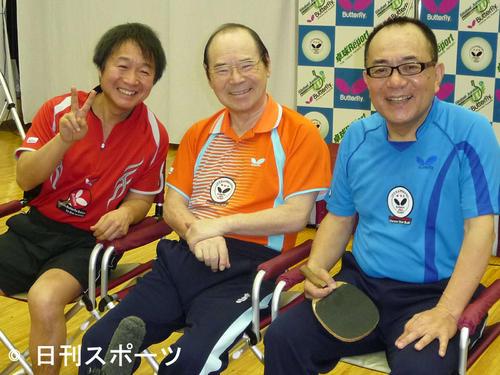 らくご卓球クラブの新春初打ち会に出席した左から山田隆夫、林家こん平さん、三遊亭小遊三(2009年1月26日)