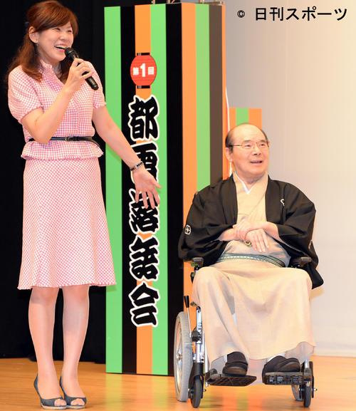 「都電落語会」 都電落語会オープニングセレモニーに娘の笠井咲さん(左)と車いすで登場した林家こん平さん(2014年8月22日)