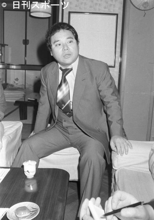 林家三平さんの自宅でくつろぐ一番弟子の林家こん平さん(1974年10月30日)