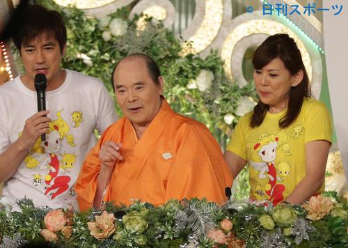 日本テレビ系「24時間テレビ 愛は地球を救う37」 テレビ番組に生出演した林家こん平。左は羽鳥慎一アナウンサー(2014年8月31日)