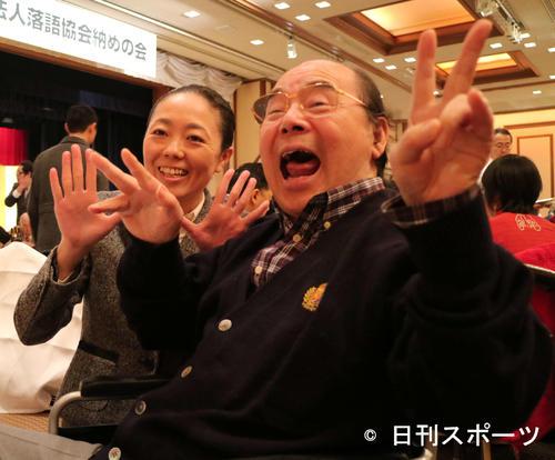落語協会納めの会 年末恒例の落語協会納めの会に出席した林家こん平さん(右)は、弟子林家ぼたんと「チャラーン!」を披露(2015年12月25日)