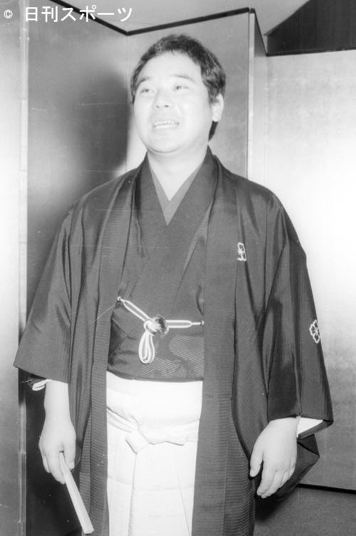 真打ち昇進披露であいさつをする林家こん平さん(当時29歳)(1972年9月11日)