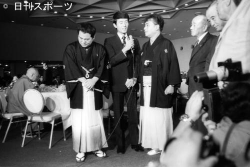 真打ち昇進披露で師匠の林家三平さん(左から3人目)の弟子入りの頃の話に顔をくしゃくしゃにする林家こん平さん(左端=当時29歳)(1972年9月11日)