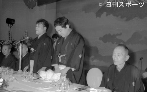 真打ち昇進披露で師匠の林家三平さん(左)のあいさつに聞き入る林家こん平さん(当時29歳)(1972年9月11日)