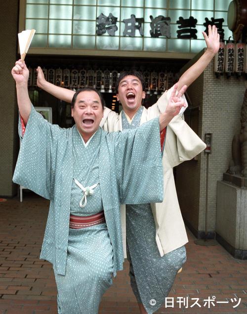 にっかん飛切落語奨励賞受賞を受賞した林家たい平(右)とバンザイして大喜びする師匠の林家こん平さん(1998年4月16日)