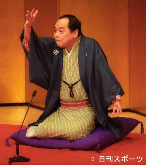 にっかん飛切落語会で落語を披露する林家こん平さん(1999年12月21日)