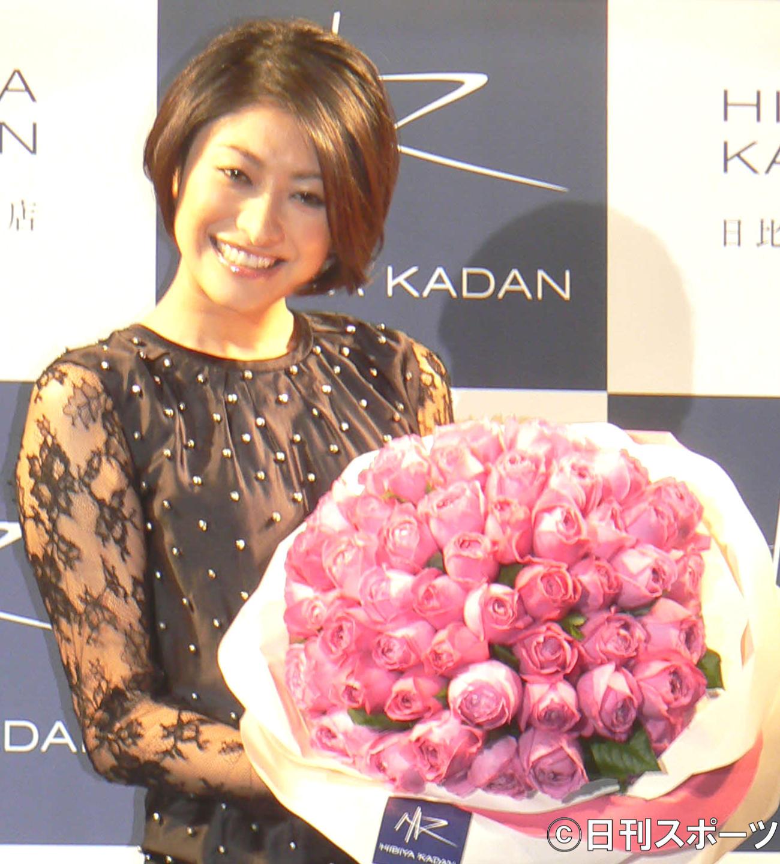 日比谷花壇バラのように美しく、人々を魅了する女性賞授賞式 大きなローズブーケを手に笑顔を見せる山田優 2009/11/27