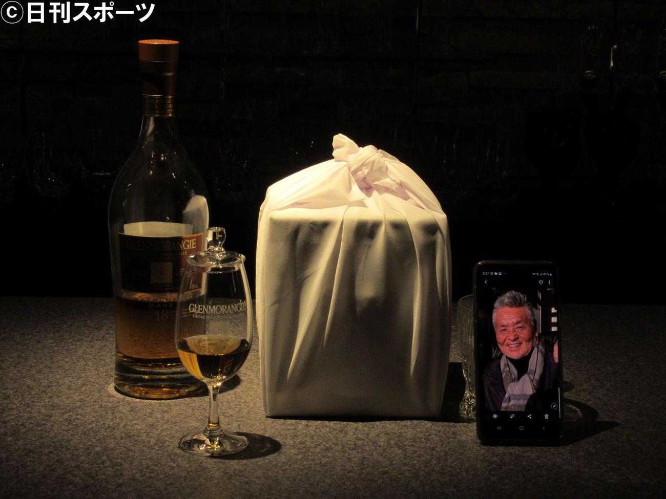 中村泰士さんが愛飲していた「グレンモーレンジ18年」や中村さんの遺骨(撮影・星名希実)