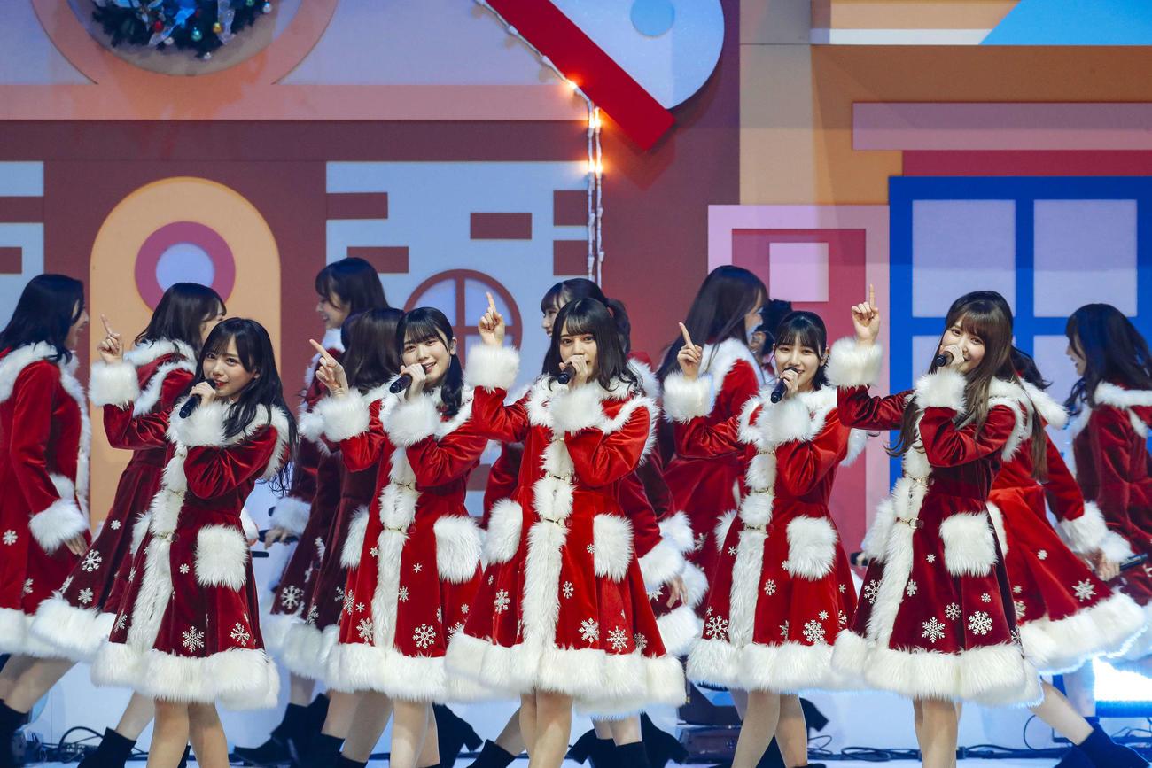 クリスマスライブを開催し、サンタ姿でパフォーマンスする日向坂46