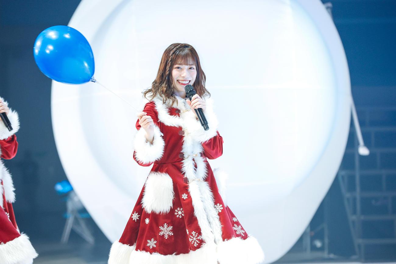 クリスマスライブを開催した日向坂46。サンタ姿の東村芽依