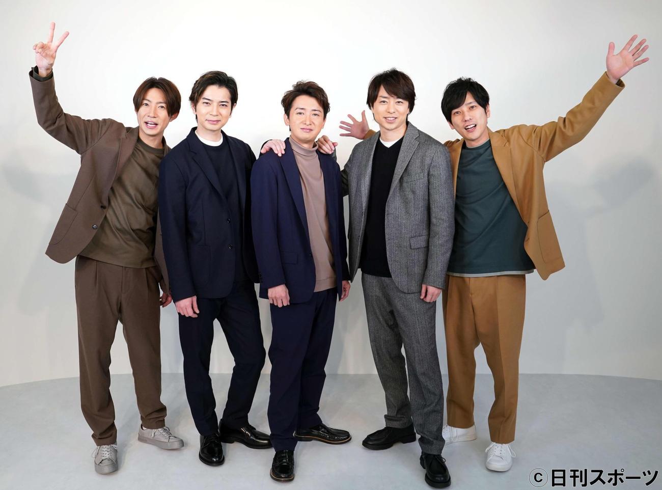 笑顔を見せる嵐のメンバー。左から相葉雅紀、松本潤、大野智、櫻井翔、二宮和也(撮影・江口和貴)