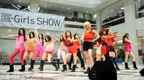 EーGirls SHOWで華麗なダンスを披露する、Dream、Happiness、FLOWERのメンバー(2011年5月6日)