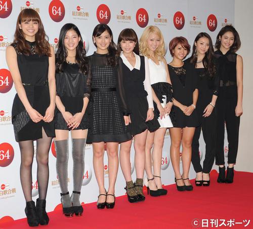 紅白リハーサルを終えて笑顔を見せるE-girls(2013年12月29日)