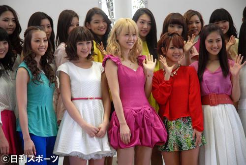 2枚目のアルバム「COLORFUL POP」発売記念イベント。前列左からShizuka、鷲尾伶菜、Ami、Aya、藤井夏恋(2014年3月23日)