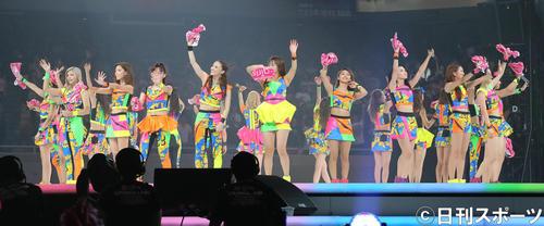フィナーレで手を振るE-girls(2014年7月24日)