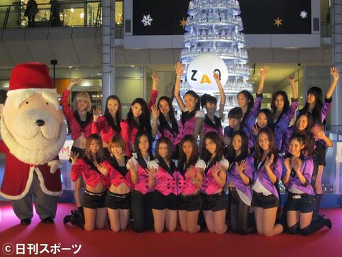 ラゾーナ川崎プラザのクリスマスツリー点灯式に臨んだE-Girls(2011年11月2日)