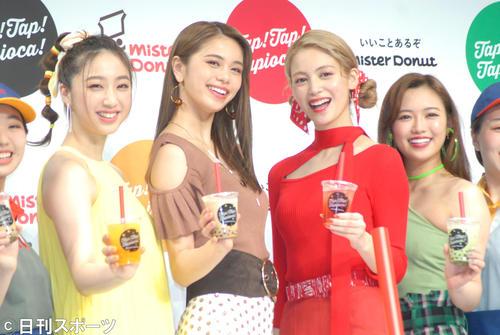 ミスタードーナツの新商品「タピオカドリンク」発売記念乾杯式に出席。左から坂東希、佐藤晴美、楓、山口乃々華(2019年4月23日)