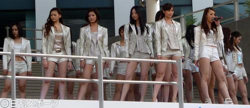 ダイバーズシティ東京のオープニングセレモニーで新曲を披露(2012年4月19日)