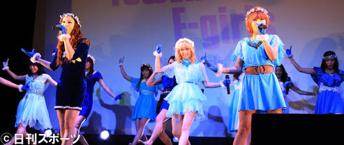 リリース記念イベントで新曲を披露(2013年2月20日)