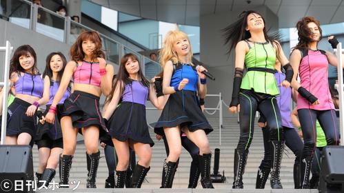 ダイバーシティ東京プラザの1周年記念セレモニーでミニライブ(2013年4月19日)