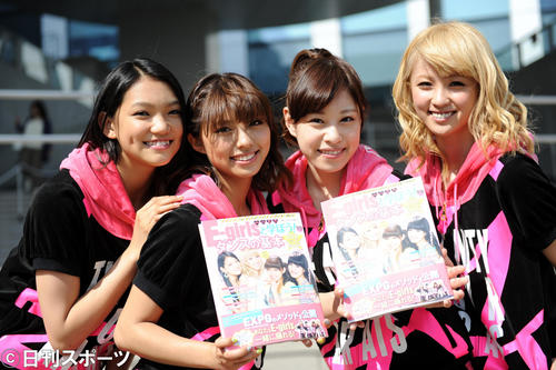 著書発売イベントを行ったE-girls。左から須田アンナ、SAYAKA、中島美央、Ami(2013年5月18日)
