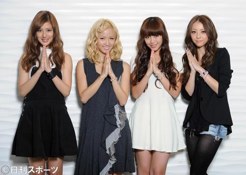 映画「謝罪の王様」の主題歌「ごめんなさいのKissing You」をリリースするE-girlsの左から藤井夏恋、Ami、鷲尾伶菜、Shizukaはごめんなさいのポーズ(2013年9月19日)