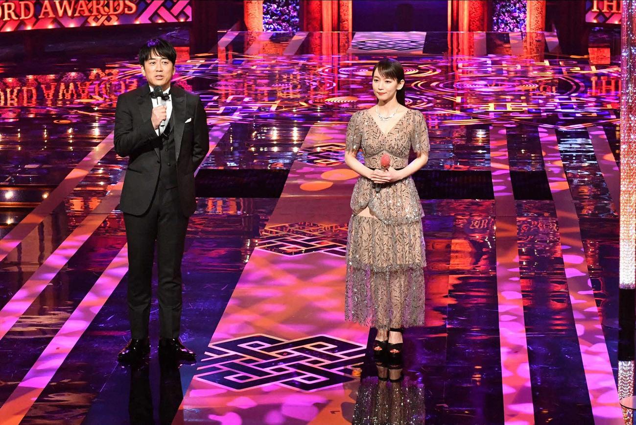 日本レコード大賞で司会を務める安住紳一郎(左)と吉岡里帆(C)TBS