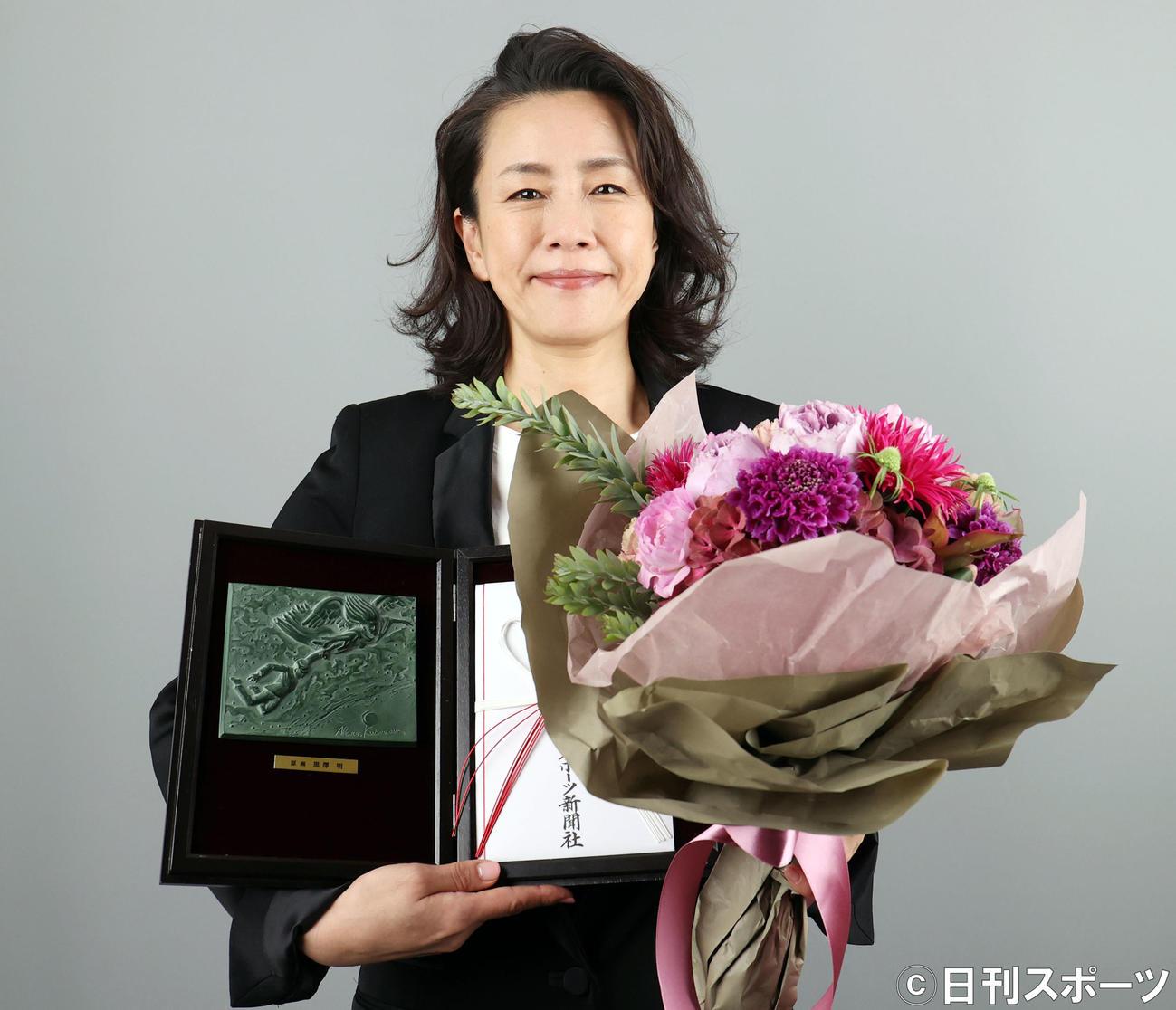助演女優賞を受賞し、受賞盾を手に笑顔を見せる渡辺真起子(撮影・狩俣裕三)