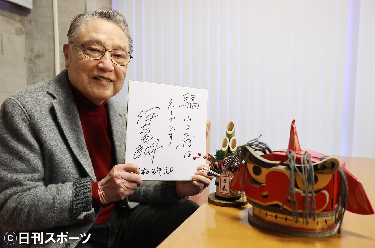 伊東四朗さんは色紙に「驕れる者は久しからず」と記した(撮影・浅見桂子)
