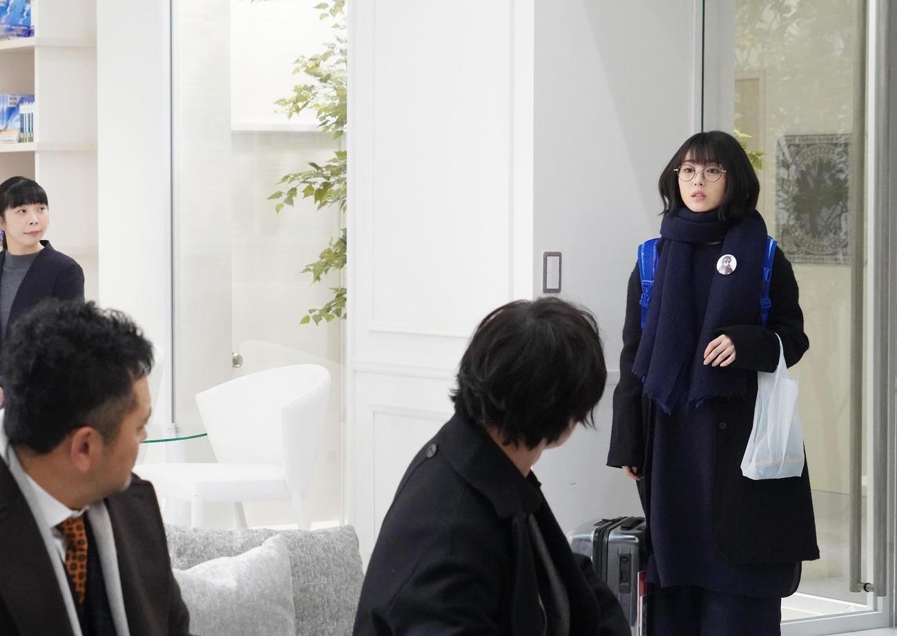 日本テレビ系「ウチの娘は、彼氏が出来ない!!」でアニオタ女子大生役を演じる浜辺美波