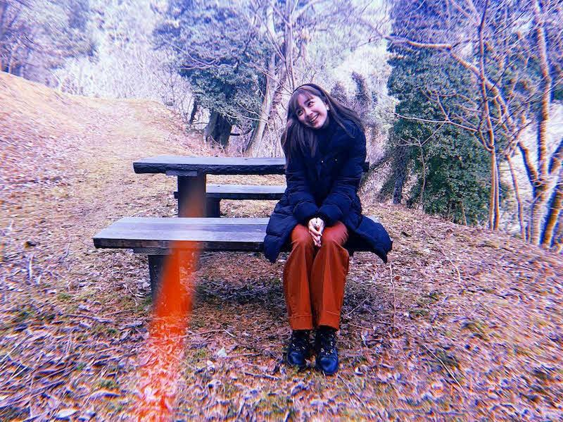 ベンチで笑顔を見せる平祐奈(オフィシャルブログ「祐奈でSKY!?」より)